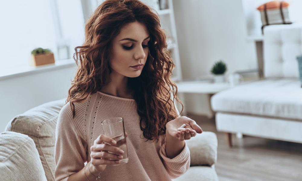 Frau nimmt Antibiotika